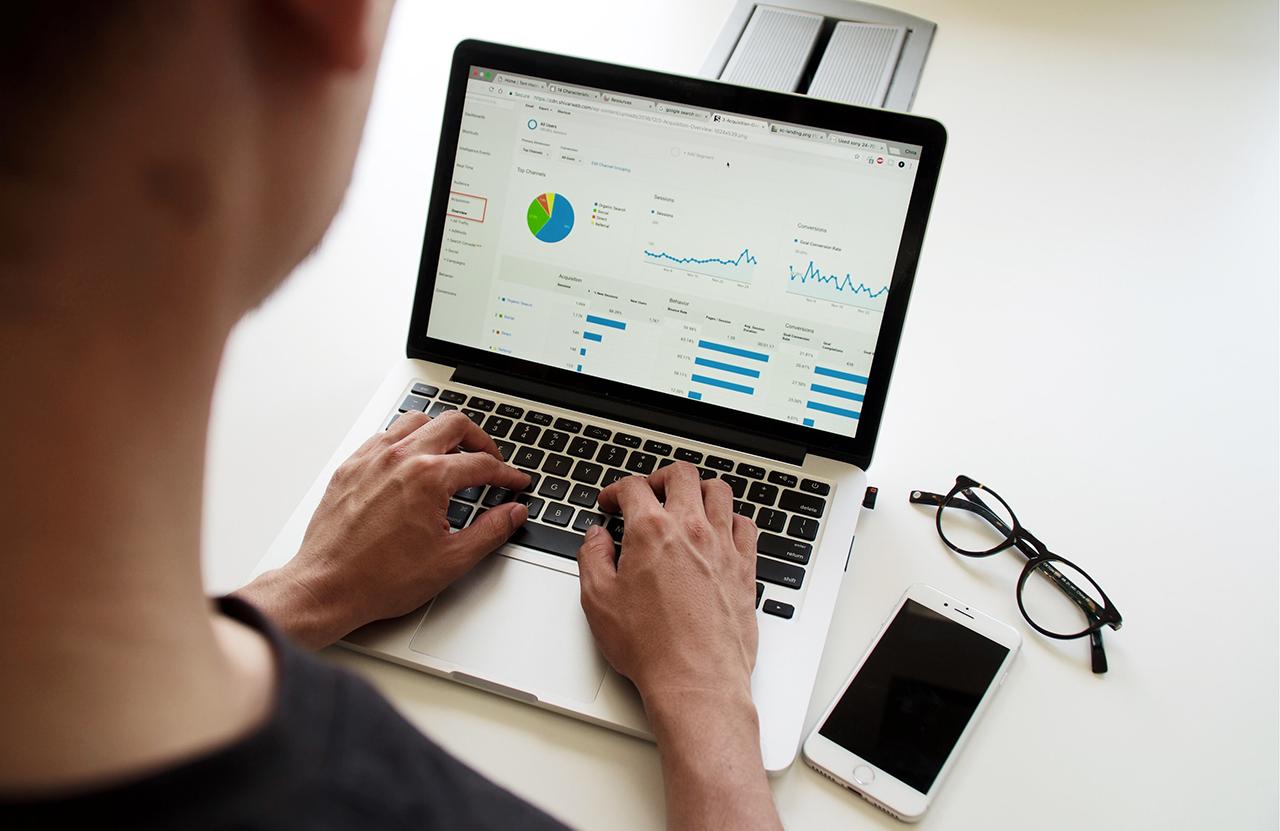 homme macbook logiciels CRM outils aide à la vente